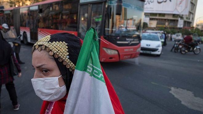 Tehranda əli bayraqlı qadın