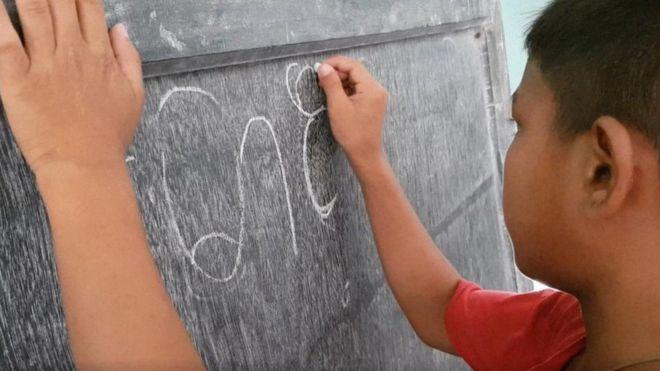 Maung Nyeu criou uma ONG para manter viva a escrita marma – e hoje já conta com mais de 3 mil alunos
