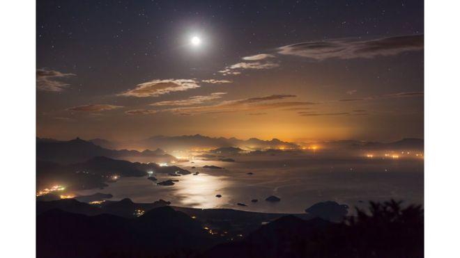 Cielo de Paraty, Brasil, iluminado por la Luna