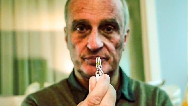 Doutor Yves de Locht, especialista em Eutanásia, aparece na imagem segurando frasco