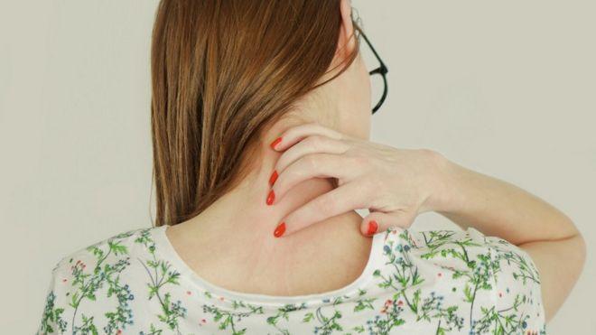 Mulher coçando as costas