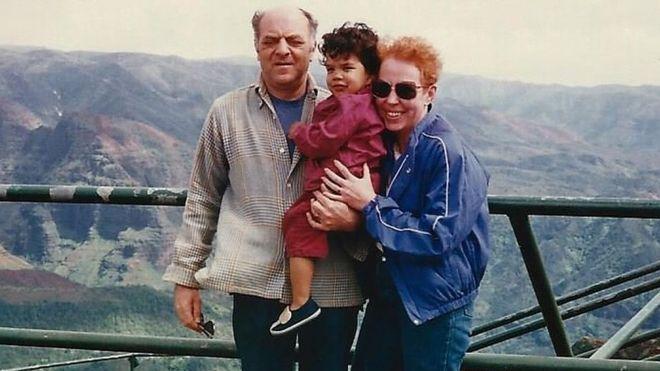 Liam con sus padres adoptivos.