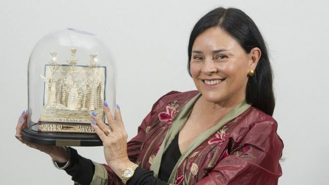Outlander author gets award for boost to Scottish tourism