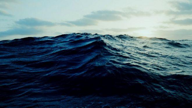 Окруженные океаном, Робертсоны ждали дождя, который бы принес воду, пригодную для питья