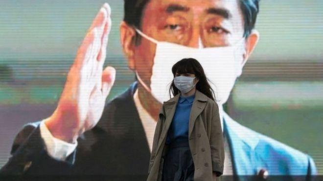 Mujer con mascarilla en Tokio.