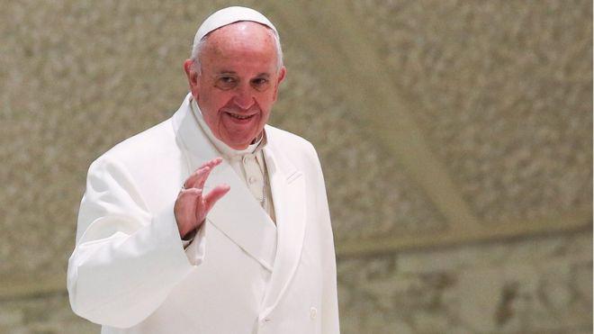 Папа Франциск в белых одеждах машет рукой