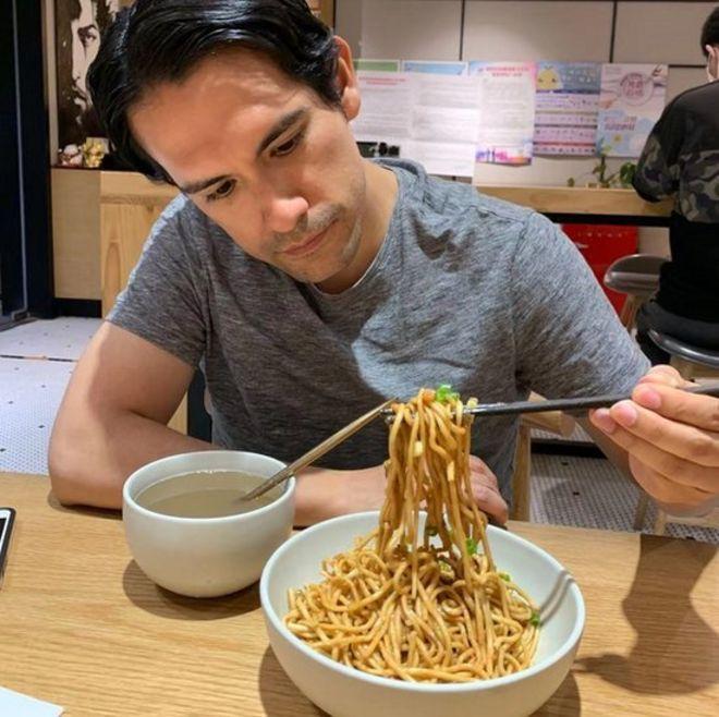 4 abril 2020. En un restaurante de comida de Wuhan, en Beijing, disfrutando de un platillo de reganmian, el platillo emblemático de dicha ciudad china.