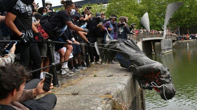قذف تمثال في نهر