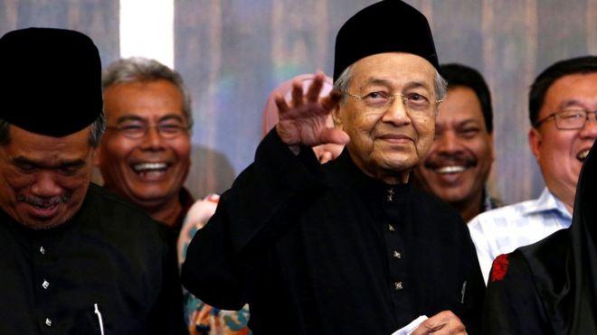 馬哈蒂爾在吉隆坡舉行的就職記者會上向記者們揮手(10/5/2018)