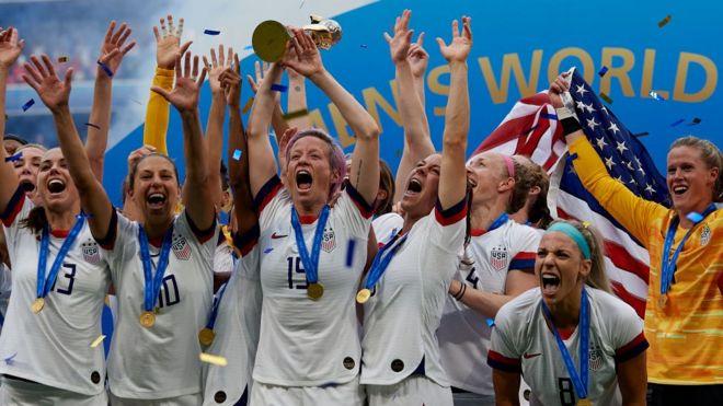 La selección de fútbol femenino de Estados Unidos tras ganar el campeonato mundial.