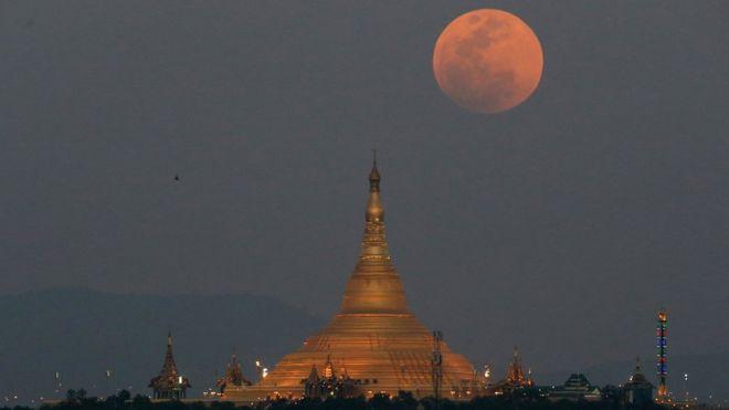 A superlua é vista em Myanmar