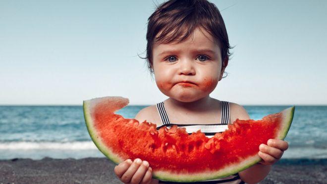 Niña comiendo fruta
