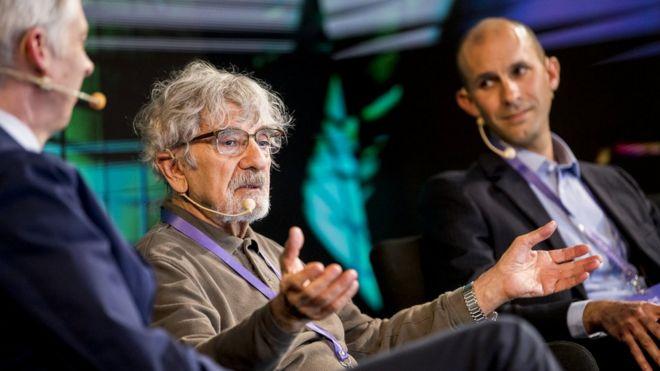Humberto Maturana junto ao neurocientista Anil Seth, em uma conferência no Chile