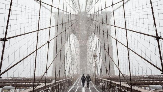 Pessoa caminha no Brooklyn