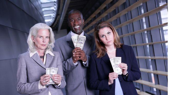 Trabajadores masculinos y femeninos mostrando sus ingresos
