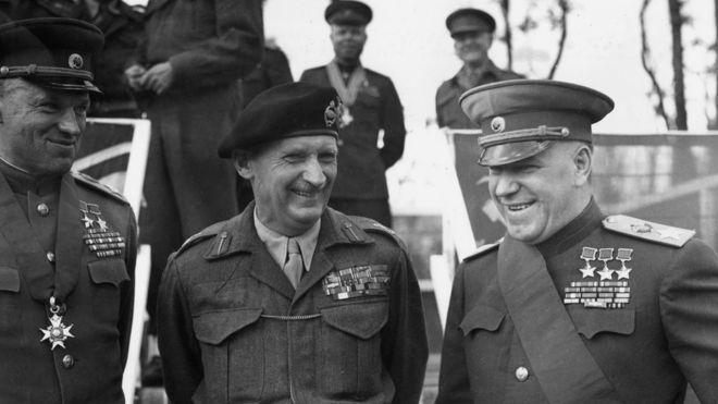 Từ trái sang phải: Nguyên soái Liên Xô Konstantin K. Rokossovsky, Thống chế Anh Quốc Bernard Law Montgomery và Nguyên soái Liên Xô Georgi K. Zhukov tại Berlin ngày 13/7/1945