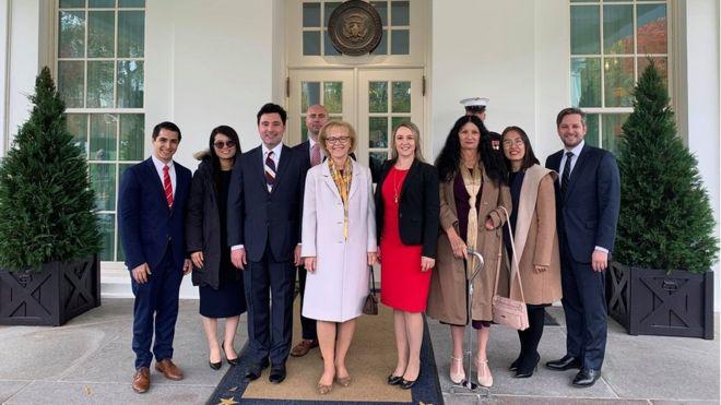 Blogger Mẹ Nấm Nguyễn Ngọc Như Quỳnh chụp hình cùng với các đại diện nạn nhân của chế độ Cộng sản tại Nhà Trắng sau cuộc gặp với Tổng thống Donald Trump 7/11