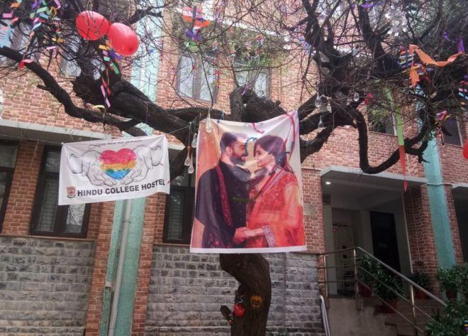 """نتيجة بحث الصور عن عيد الحب: طقوس شجرة """"العذرية"""" تثير غضب فتيات جامعيات في الهند"""