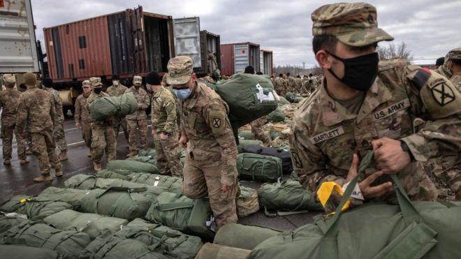 جنود الجيش الأمريكي يحملون حقائبهم لدى عودتهم من أفغانستان إلى ديارهم في 10 ديسمبر/كانون أول 2020