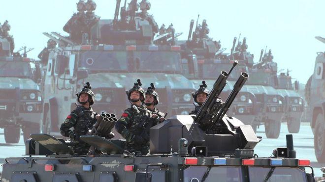 中國解放軍在2017年8月的閲兵中展示軍力。