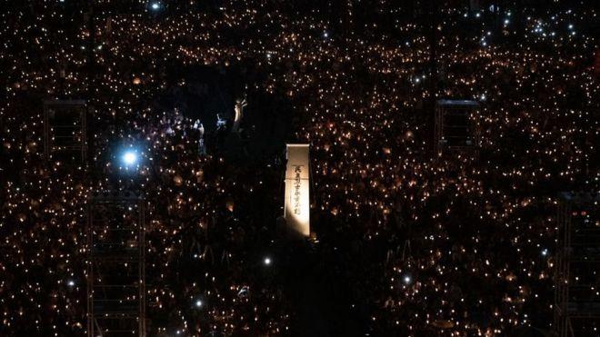 Ánh sáng từ những ngọn nến của hàng chục ngàn người đến dự lễ tưởng niệm nạn nhân Thiên An Môn ở Công viên Victoria, Hong Kong