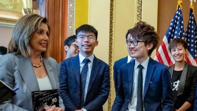 Jeffrey Ngo (thứ hai từ bìa phải) cùng Joshua Wong và ca sĩ Denis Ho gặp gỡ bà Nancy Pelosi để vận động ở Mỹ