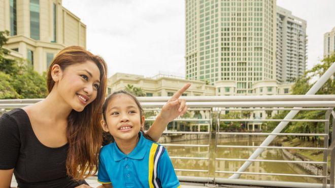 Criança e mãe em Singapura, líder em ranking de educação