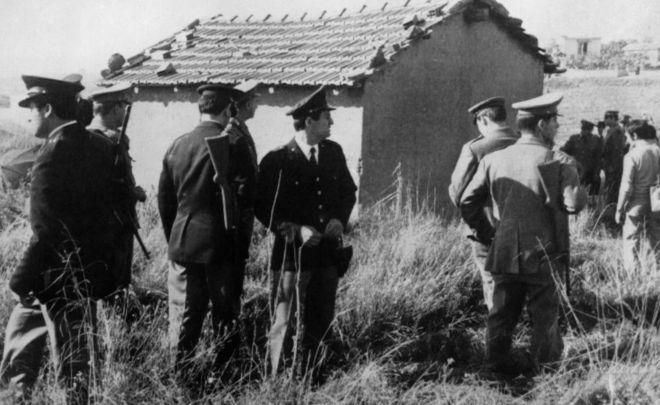 Police search for Raffaele Minichiello in the countryside outside Rome on 1 November 1969