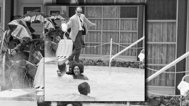 Piscina de hotel na Flórida em 1964 - homem branco jogando ácido em jovens negras