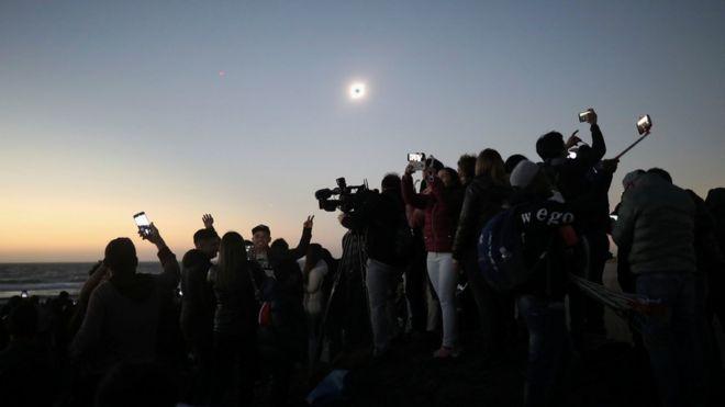 أناس يشاهدون كسوف الشمس