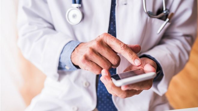 Is it OK for doctors to use smartphones in front of patients?
