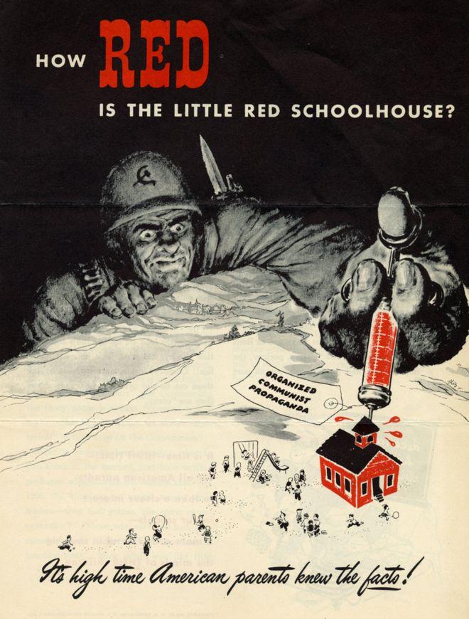 Excerto de uma peça de propaganda contra o perigo comunista nas escolas, nos EUA, em 1949, mostrando um gigante comunista injetando uma seringa vermelha em uma escola primária, também pintada de vermelho; na seringa está escrito: 'propaganda comunista organizada'
