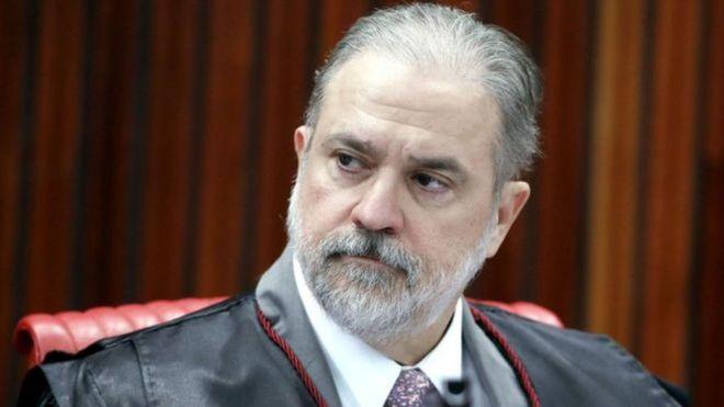 Augusto Aras aparece de beca em ambiente fechado