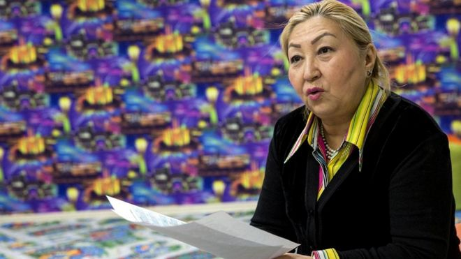 Директор Национальной академической библиотеки Казахстана Умуткан Муналбаева обсуждает преимущества нового алфавита