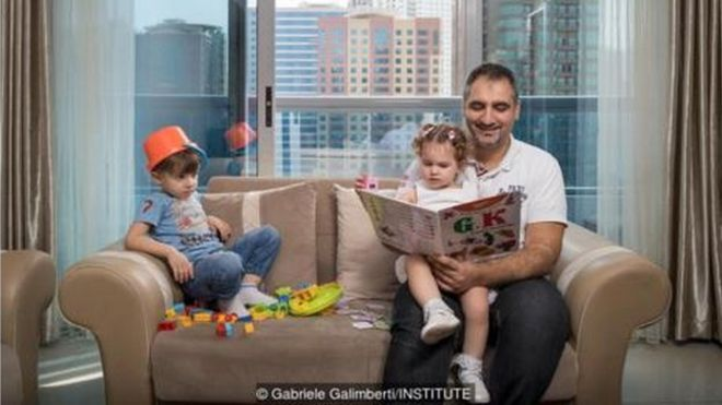 Fouad Kuyali đọc cho các con mình,Mazen và Julie, tại nhà ở Dubai, nơi anh chuyển đến từ Aleppo, Syria