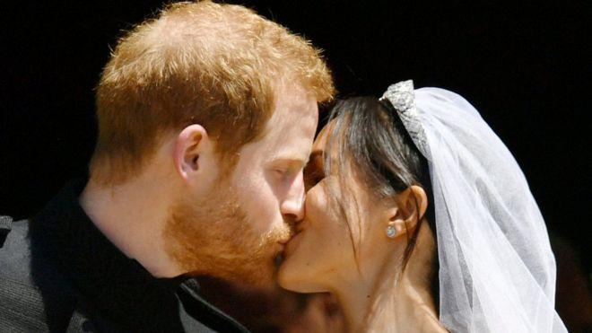 Príncipe Harry e Meghan Markle se beijam