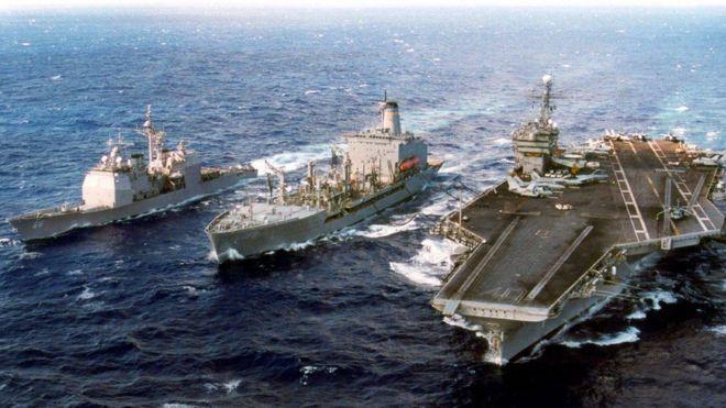 Từ trái sang: USS Hue City và USNS John Lenthal hỗ trợ Hàng không mẫu hạm USS John F. Kennedy ngoài biển