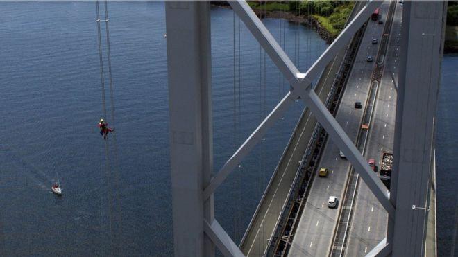 Técnico colgado del puente Forth Road