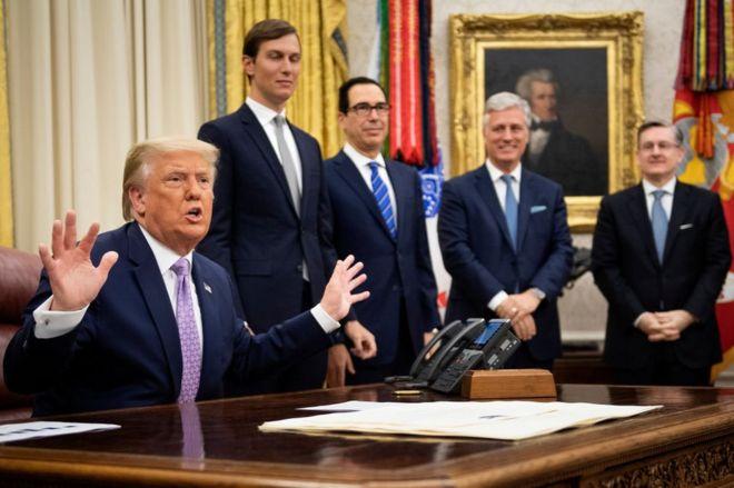 El presidente de Estados Unidos Donald Trump anuncia acuerdo entre Israel y Emiratos Árabes Unidos el 13 de agosto en Washington.