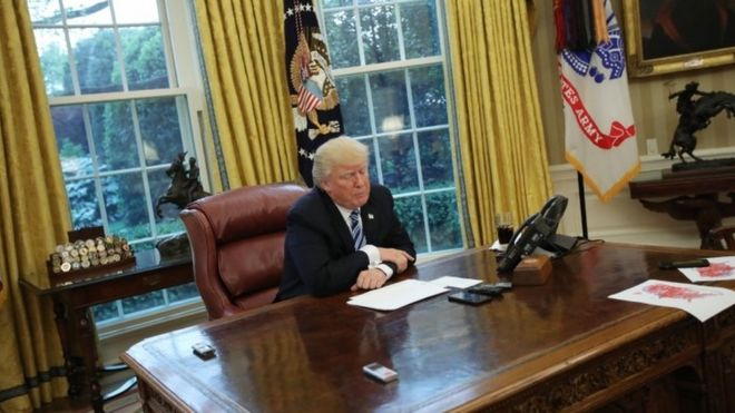 US President Donald Trump in the Oval Office (27 April 2017)