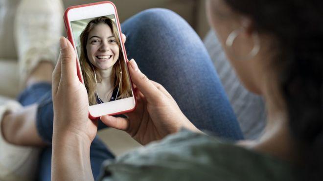 Una mujer haciendo videollamada con otra mujer