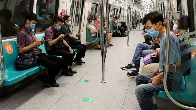 Inimesed Singapuri metrooosas