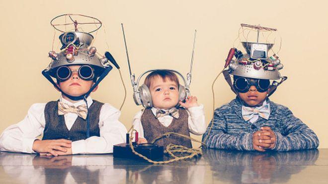 Crianças com brinquedo na cabeça