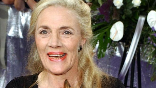 Emmerdale actress Shirley Stelfox dies aged 74 - BBC News