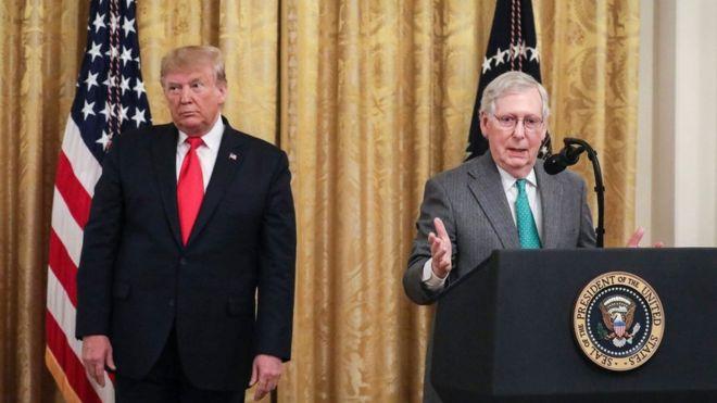 Tổng thống Donald Trump và lãnh đạo đa số Thượng viện Mitch McConnell (phải) đều là thành viên của Đảng Cộng hòa
