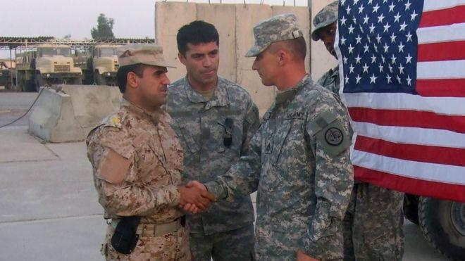 فاخر برواری(سمت چپ) همراه با سربازان آمریکایی