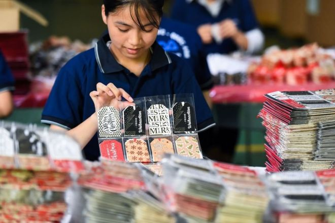 In this photo taken on June 28, 2019, a worker makes Christmas cards in a factory in Hung Yen. - The European Union and Vietnam on June 30 signed a long-awaited free trade deal that will slash duties on almost all goods as fears grow over mounting global protectionism.