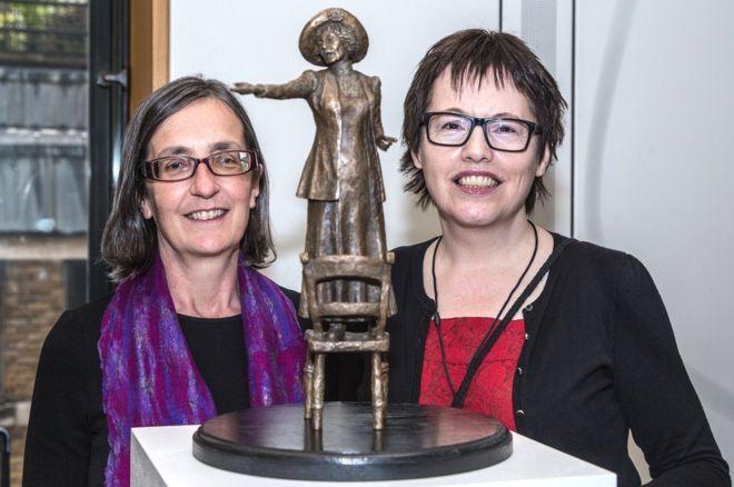 Хелен Панкхерст и Хейзл Ривз с макетом статуи Эммилин Панкхерст