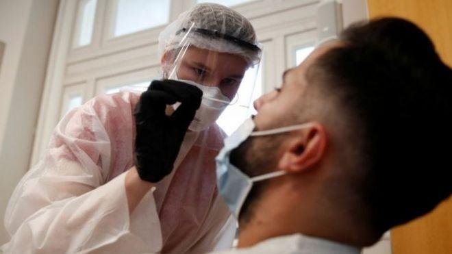 法国最近新冠疫情激增,特别是年轻人病例更多。