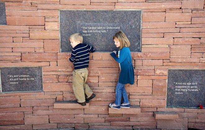 Двое детей играют у памятника жертвам Коломбины перед словами: «Самое сложное для понимания - дети убивают детей»